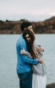abbraccio uomo e donna